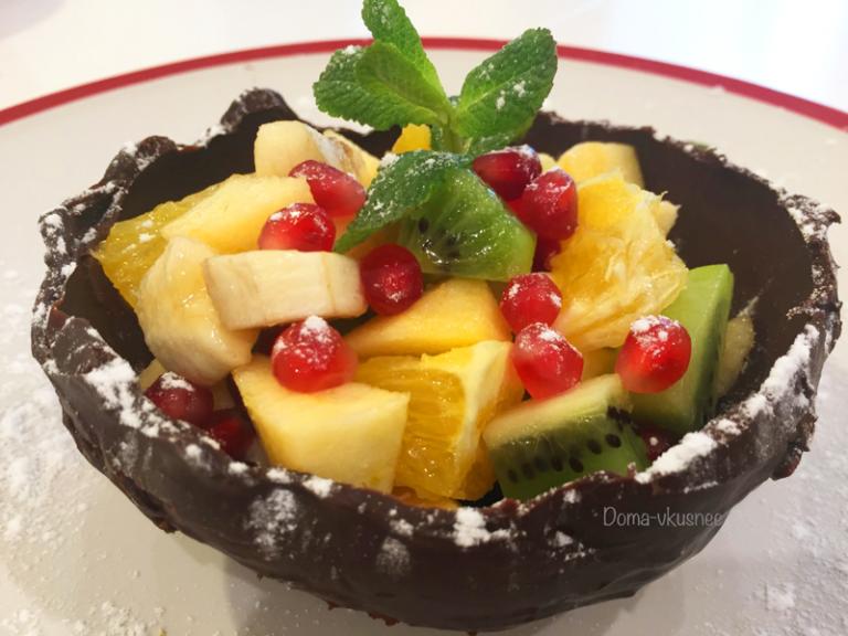 салат с фруктами в шоколадной корзинке